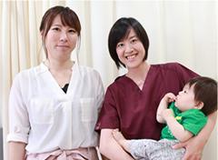 女性スタッフと親子