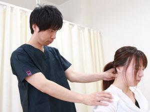 首の検査の様子