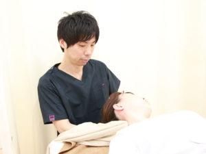 首への施術の様子